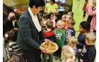 Ravnateljica vrtcev Marta Samotorčan je za malčke pripravila sladko presenečenje.