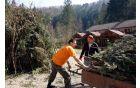 Čiščenju je sledilo postavljanje klopi in zelenica je bila tako nared za obiskovalce.