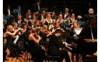Pianist Danijel Brecelj in simfonični orkester MIRA. Foto: Toni Dugorepec