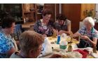 Anka Juvan nas je učila oblikovati jaslice iz gline.