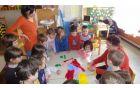 oblikovanje cvetja iz krep papirja jih je učila rokodelka Ana Kašnik