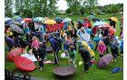 Kljub dežju so se udeleženci pred pohodom razgibali ...