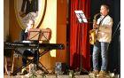 Anamarija Čuden na klavirju in brat Anton s skladbo iz filma Gremo mi po svoje