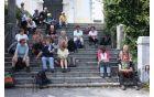 Na stopnišču cerkve sv. Kozme in Damijana smo v senci počakali avtobus