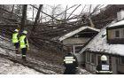 Gasilci PGD Podsmreka pri odstranjevanju drevja s stanovanjskega objekta