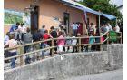 Otvoritve razstave se je udeležilo veliko število povabljenih gostov in vaščanov. Foto: Marijan Kuščer