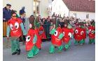 Rdeča, sočna in zdrava jabolka drugošolcev POŠ Nova Cerkev spremljata Ida Grobelnik in Jolanda Klauški.