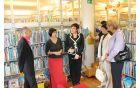 Minister je pohvalil sodelovanje z Občino Kobarid na področju zagotavljanja diplomskih, magistrskih in doktorskih nalog lokalnih diplomantov kobariški knjižnici. Foto: N.H.I.