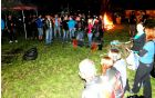 Tekmovanje v metanju gume na moto pikniku. Foto: Aleš Pogačar