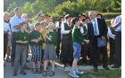 Učenci čebelarskega krožka so županu obljubili, da bodo pridno skrbeli za čebele in okolico novega čebelnjaka.