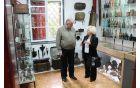 Župan Robert Kavčič si je zbirko ogledal v družbi mame Iva Krajnika, Eme Krajnik. Foto: Nataša Hvala Ivančič