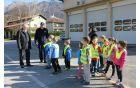 Otroke in ostale akterje, ki so sodelovali v preventivni akciji je pozdravil kobariški župan Robert Kavčič. Foto: Nataša Hvala Ivančič