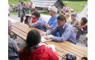 Pridelani sir na planini Zajavorniki je poskusil tudi naš župan Franc Kramar. Foto: Petra Lotrič Ogrin