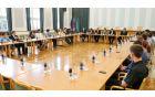 Predsednica vlade Alenke Bratušek se je s predstavniki Pozitivne Slovenije srečala z mladimi, ki so ji predstavili številne probleme, s katerimi se srečujejo na področju izobraževanja, zaposlovanja in podjetništva ter idejami za njihove rešitve.  (Foto: Stanko Gruden/STA)