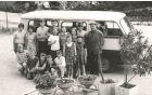 Fotografija, ki je spodbudila srečanje. Na njej so otroci s Kanalskega Vrha pred šolskim kombijem...