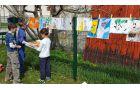Ob koncu akcije so otroci na igrišču pripravili razstavo risbic, ki so jih narisali učenci OŠ Kobarid. Foto: Nataša Hvala Ivančič