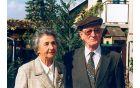 Prof. dr. Jože Rihar in Vera Rihar na domačem vrtu v Rožni dolini v Ljubljani leta 1997