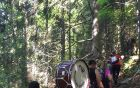 Mengeški godbeniki z inštrumenti med hojo na Rzenik