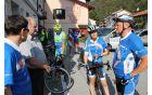 Na kobariškem trgu je kolesarje sprejel in pozdravil župan Občine Kobarid Robert Kavčič, ki je v sproščenem vzdušju z njimi poklepetal in jim zaželel srečno pot naprej. Foto: Nataša Hvala Ivančič