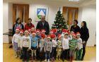 Mali božičkom sta se po nastopu pridružila župan in ravnateljica. Foto: Nataša Hvala Ivančič
