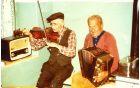 Slepi godec Henrik Hojak oziroma Gašperjev Rika (harmonika) pri sosedu Francu Cvetrežniku (violina), foto: osebni arhiv Ingrid Podgornik