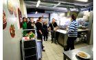 Udeleženci S kuharske akademYe v kuhinji Dame
