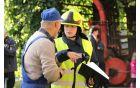 Vodja intervencije (Monika Kastelic) se najprej posvetuje z lastnikom 'gorečega' objekta oziroma tistim, ki je najprej opazil požar in najbolj pozna goreči objekt ter verjetni vzrok požara.