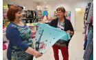 Vesna si je v Darjinem butiku izbrala turkizno modro majčko.