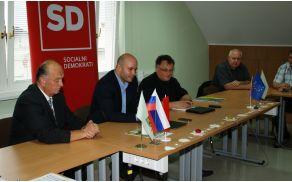 Na sliki (z leve): župan občine Vojnik Beno Podergajs, poslanec SD Matevž Frangež in predsednik območnega odbora SD Vojnik Samo Kunej