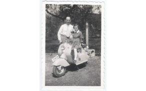 Profesor Gorjup in hči na Lambretti. Foto: Osebni arhiv Mije Brak Gorjup