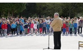 Ob odprtju razstave je mlade umetnike nagovoril g. župan. Foto: arhiv OŠ Kanal