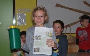 Učenci so domov odnesli posode za zbiranje odpadnega jedilnega olja., Foto: arhiv OŠ Kanal