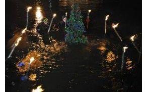 Potop božičnega drevesca v jezero Črnava v Preddvoru (foto arhiv TD Preddvor)