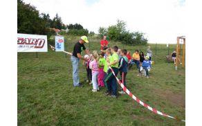 Rezanje traku-otroci so dobili košček za spomin