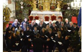 Mešani pevski zbor Marije Zavetnice na Prihovi med nastopom