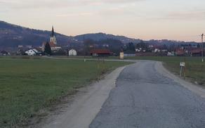 Zadnja tretjina državne ceste iz Slovenske vasi proti Šentrupertu, ki bo obnovljena v prvi polovici prihodnjega leta.