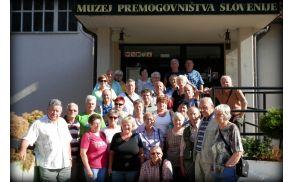 Skupina ILCO za Koroško pred vhodom