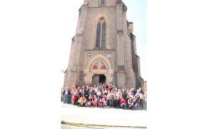 Opajci pred cerkvijo v Kralupy - kot pred 100 leti