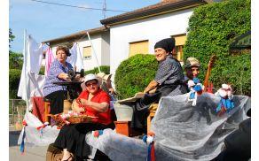 Tanja Bizjak, Marija Putnik, Hilarija Logar in Adela Blažič so ob spremljavi harmonikarja Godvina Koniča prikazovale gospodinjska opravila na kmetiji.,