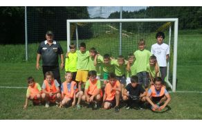 Mladi nogometaši ŠTD Rafolče s trenerjem Mihom in sodnikom Francijem