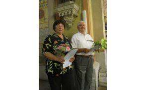 Ana Mušič in Vinko Dobovičnik po prejemu škofovega priznanja za dolgoletno prepevanje v cerkvenem zboru