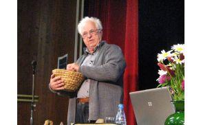 Avtor knjige Leopold Sever Tičnice iz naravoverja na predstavitvi