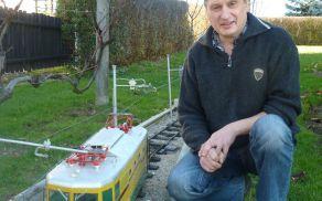 Vili Škoflek z miniaturno železnico