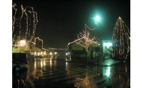Bližajo se prazniki. Kobarid v lučkah, december 2011.  Foto: Nataša Hvala Ivančič
