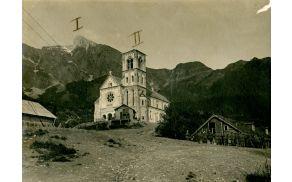 Drežniška cerkev je med vojno služila kot vojaško skladišče. Konec vojne jo dočakala nepoškodovana. Fotografija Drežniške cerkve je iz arhiva Museo civico del risorgimento, Bologna, hrani Fundacija Poti miru.