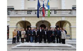 Predstavniki organizatorja srečanja in številnih Šempetrov pred Coroninijevim dvorcem skupaj z županom Milanom Turkom.