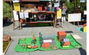 Eko hiška POŠ Vrtojba na razstavi ob Dnevu obnovljivih virov in učinkovite rabe energije na Bevkovem trgu v Novi Gorici 5. 6. 2013.