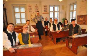 Del snemanja je potekal v Slovenskem šolskem muzeju, kjer so fantje znova sedli v šolske klopi.