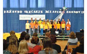 Mladinski pevski zbor OŠ Draga Bajca Vipava pod vodstvom zborovodkinje Zvonke Starc – foto Aljaž Fajdiga, 9. c.
