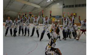 Nepopisno veselje horjulskih igralcev ob prejemu pokala in naslova državnih prvakov